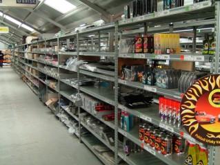 Regály na zboží do skladů a velkých prodejen