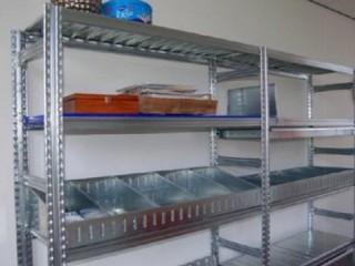 Policové kovové regály do skladů, prodejen a jídelen